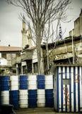 Î'arricade avskiljer Cypern itu delar, trummabecidevakt royaltyfri fotografi