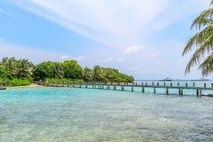 Île étonnante en Maldives, belles eaux de turquoise et W Images stock