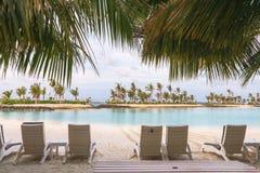 Île étonnante en Maldives, belles eaux de turquoise et W Photographie stock libre de droits