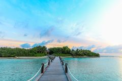 Île étonnante en Maldives, pont en bois et au beau TU Image stock