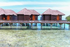 Île étonnante en Maldives, villa de l'eau, pont en bois et Photo stock