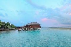 Île étonnante en Maldives, villa de l'eau, pont en bois et Photo libre de droits