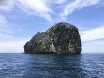 Île agréable de forme sur la belle mer d'andaman Photo stock