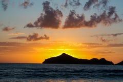 Île au coucher du soleil images stock