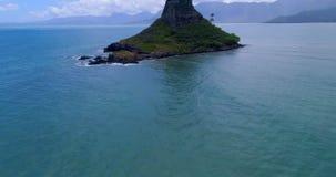 Île au milieu de la mer 4k banque de vidéos