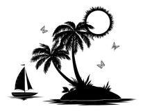 Île avec des silhouettes de paume et de bateau Photographie stock libre de droits