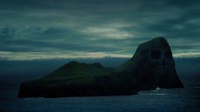 Île avec le visage de crâne sur des falaises banque de vidéos