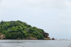 Île avec un temple bouddhiste, la ville de Bentota dans Sri Lanka Photographie stock libre de droits