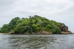 Île avec un temple bouddhiste, la ville de Bentota dans Sri Lanka Image libre de droits
