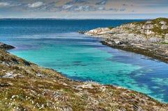 Île azurée Hitra de baie de turquoise Photographie stock libre de droits