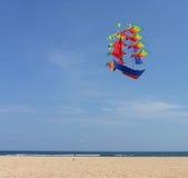 Île Bali, cerf-volant dans le ciel bleu Image stock