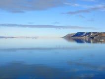 Île, ciel et mer arctiques Photographie stock