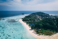 Île Crystal Clear Sea, bleu, paumes de Paradise, sur le fyre photographie stock