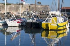 Île D 'Oléron Frankrijk, Vloot van vastgelegde varende schepen in dokken royalty-vrije stock afbeeldingen