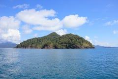 Île d'abandon et mer bleue naturelle Photographie stock libre de droits