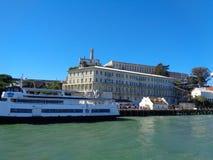 île d'alcatraz du bateau images libres de droits