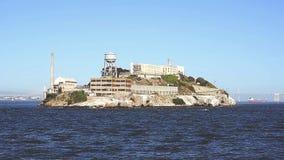 Île d'Alcatraz par la mer banque de vidéos