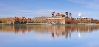Île d'Ellis dans le port de New York photos stock