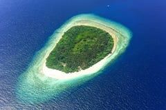 Île dans l'atoll de bêlement, Maldives, l'Océan Indien photos libres de droits