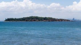 Île dans l'océan Photo stock