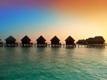Île dans l'océan, de villas coucher du soleil alors. Photographie stock