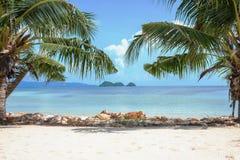 Île dans la distance vers la mer Image libre de droits