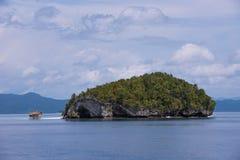 Île dans la réserve naturelle de Raja Ampat, Indonésie Photo stock