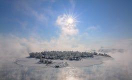 Île dans la ville d'Irkoutsk sur la rivière d'Angara Image stock