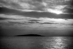 Île dans le coucher du soleil Ciel nuageux Photographie stock libre de droits