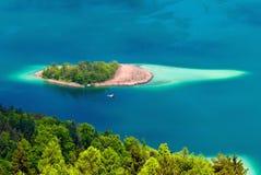 Île dans le lac Wörthersee/Woerth en Autriche Images libres de droits