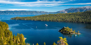 Île dans un lac Photo stock