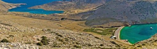 Île de baie de plaisance verte et bleue de Krk Photographie stock libre de droits