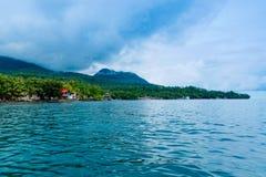 Île de Camiguin, Philippines, sous le ciel dramatique Photos stock
