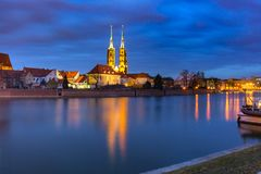Île de cathédrale la nuit à Wroclaw, Pologne image libre de droits