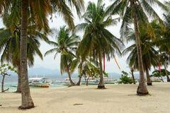 Île de cauri dans la baie de Honda, Palawan (Philippines) Photographie stock libre de droits