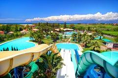 ÎLE DE CORFOU, GRÈCE, JUIN, 01, 2014 : Parc grec extérieur d'Aqua avec des piscines de glissières d'eau pour des enfants Vacances Photo libre de droits