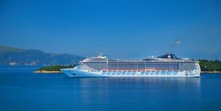 ÎLE DE CORFOU, GRÈCE, JUIN, 06, 2014 : Vue sur le revêtement de passager touristique blanc étonnant géant en mer ionienne Revêtem photographie stock libre de droits