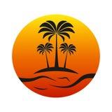 Île de coucher du soleil avec des palmiers Image libre de droits
