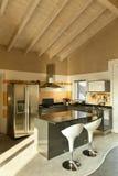 Île de cuisine avec deux tabourets photographie stock