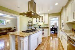 Île de cuisine avec le fourneau intégré, le dessus de granit et le capot photographie stock libre de droits