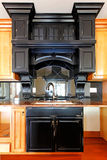 Île de cuisine et modules en bois faits sur commande de poêle. Intérieur à la maison de luxe neuf. Photo stock