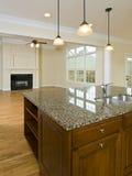 Île de cuisine et pièce de famille à la maison de luxe Image stock