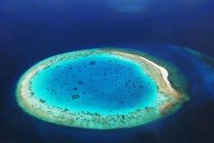Île de désert dans l'océan Image stock