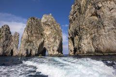 Île de Faraglioni et falaises, Capri, Italie Photographie stock libre de droits