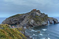 Île de Gaztelugatxe et le chemin à lui photos libres de droits