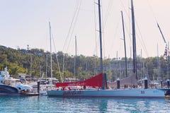 ÎLE DE HAMILTON, ÎLES DE PENTECÔTE - 24 AOÛT 2018 : Les yachts ont amarré dans la marina prête pour le début de la semaine de cou image stock