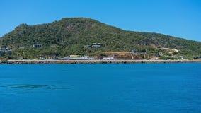 ÎLE DE HAMILTON, ÎLES DE PENTECÔTE - 24 AOÛT : Un atterrissage de jet d'Australie de Vierge sur la piste de station de vacances p photo libre de droits