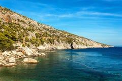 Île de Hvar Un endroit pendant des vacances paisibles Roches côtières en Mer Adriatique Ciel bleu images stock