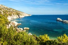 Île de Hvar Un endroit pendant des vacances paisibles Roches côtières en Mer Adriatique Ciel bleu photo libre de droits