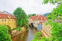 Île de Kampa avec la rivière de Certovka et moulin à eau dans vieux Praga Image stock